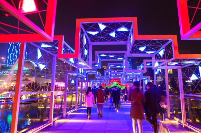 宁波文化广场上演灯光秀 吸引市民留影拍照