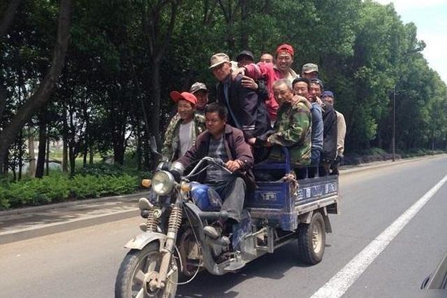 慈溪1男子无证驾驶正三轮摩托车载12名工友上路
