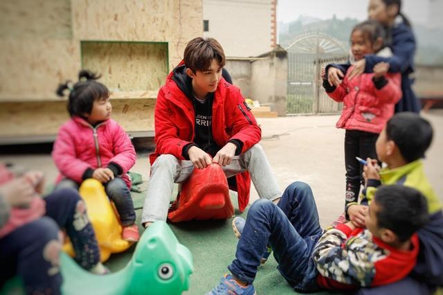 吴磊艺考结束奔赴四川捐建童趣园 公益成长一路同行