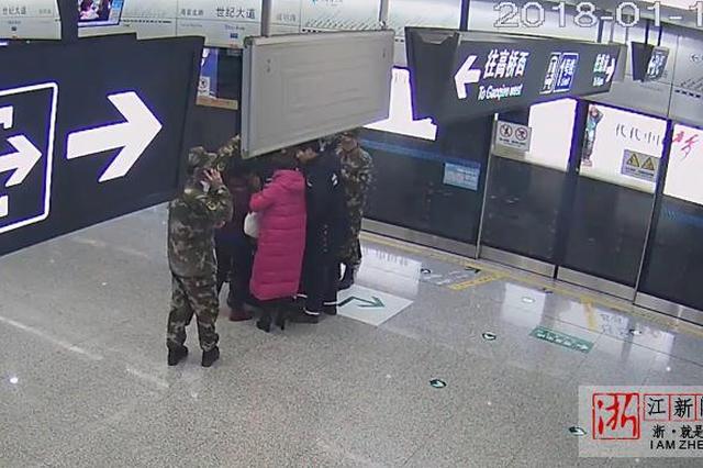 宁波地铁站老人突然晕倒 武警战士及时救助