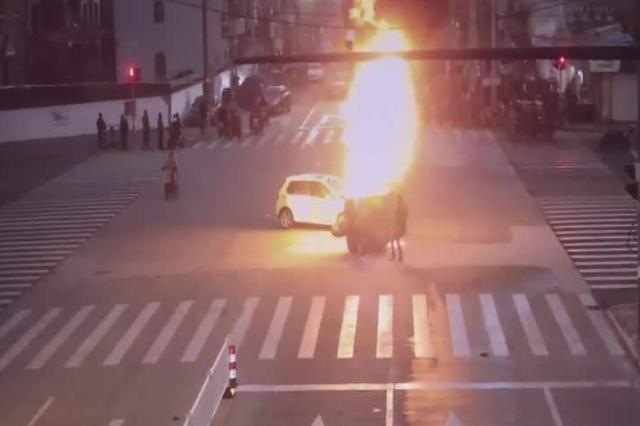 宁波两车相撞起大火路人合力勇救司机