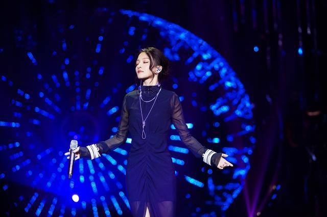 张韶涵穿蓝色纱裙尽显优雅魅力 深情演唱电眼迷人