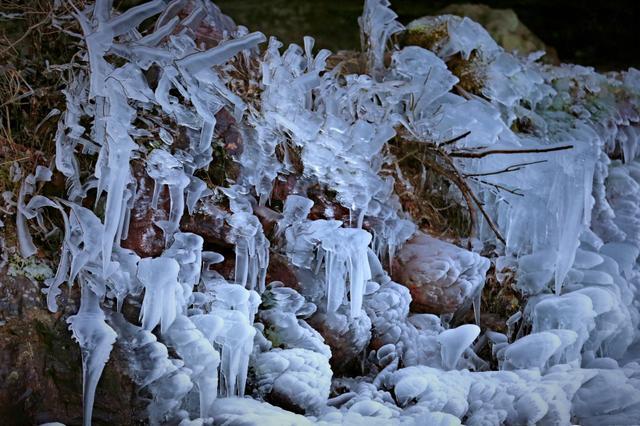 海拔800米的余姚四明山鹁鸪岩溶洞瀑布结起冰瀑
