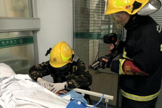 病中老人手腕肿胀手镯变紧箍 宁波消防官兵急救助