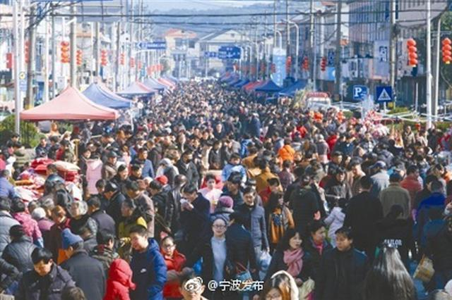 鄞州塘溪镇乡民迎来三八塘头市年末最后一场狂欢