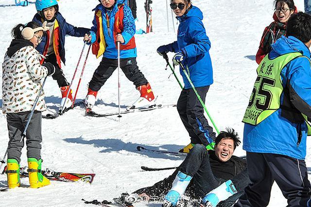 玩转速度与激情 数百游客攀上四明山巅体验滑雪乐趣