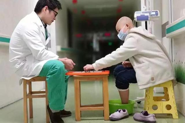 宁波第一医院医生陪患儿泡脚下棋 照片刷爆朋友圈