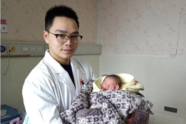产妇情况危急 宁海医生跪地托举15分钟直到孩子出生