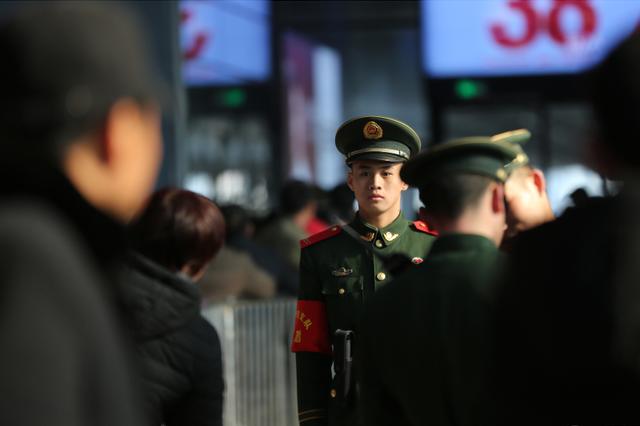 宁波:武警官兵守护旅客返乡路