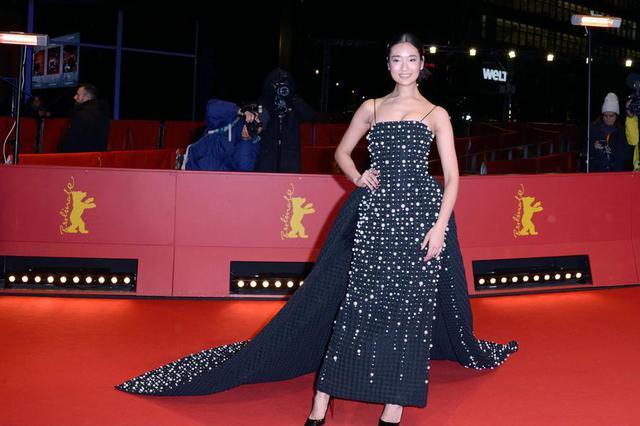 《天才枪手》女星身着黑色钉珠礼服 气质高贵亮相电影节