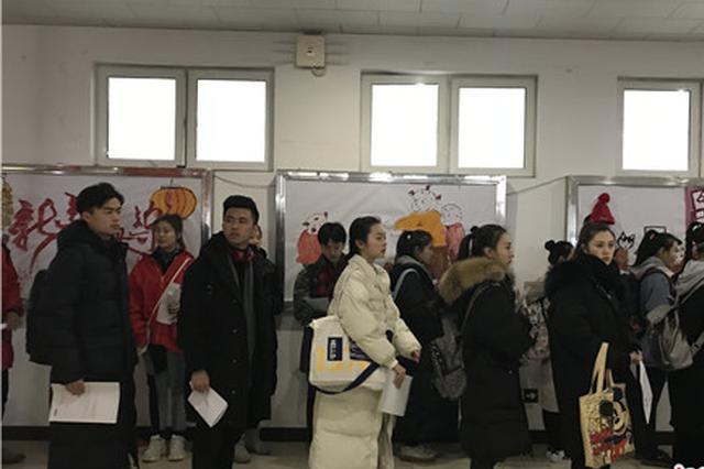 中国传媒大学艺考开锣 现场美女帅哥云集