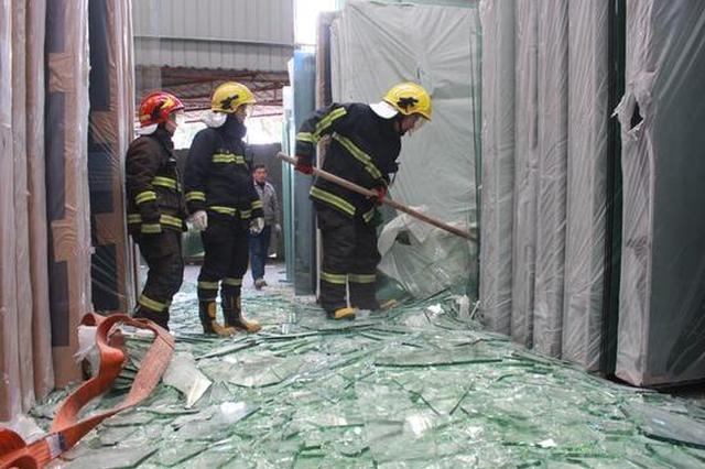 甬1男子吊装玻璃坠落被埋 消防员徒手扒玻璃渣救人