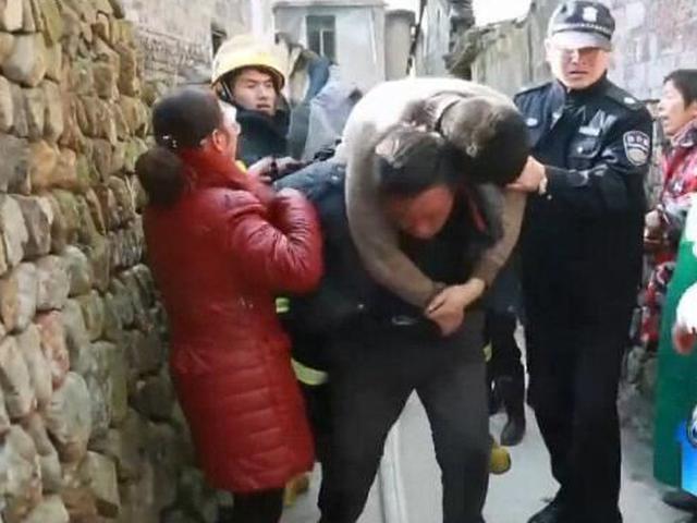 宁波消防战士火场晕倒 村民出手救援