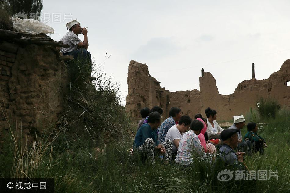 长城脚下的葬礼:老人、烽火台与空