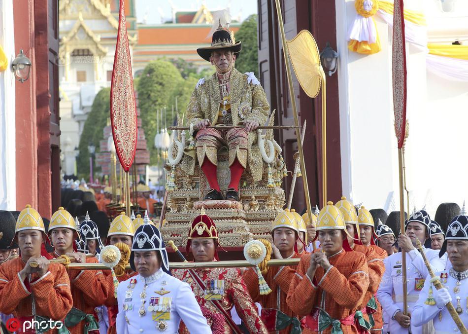 泰国国王乘轿子巡游曼谷 接受民众朝拜