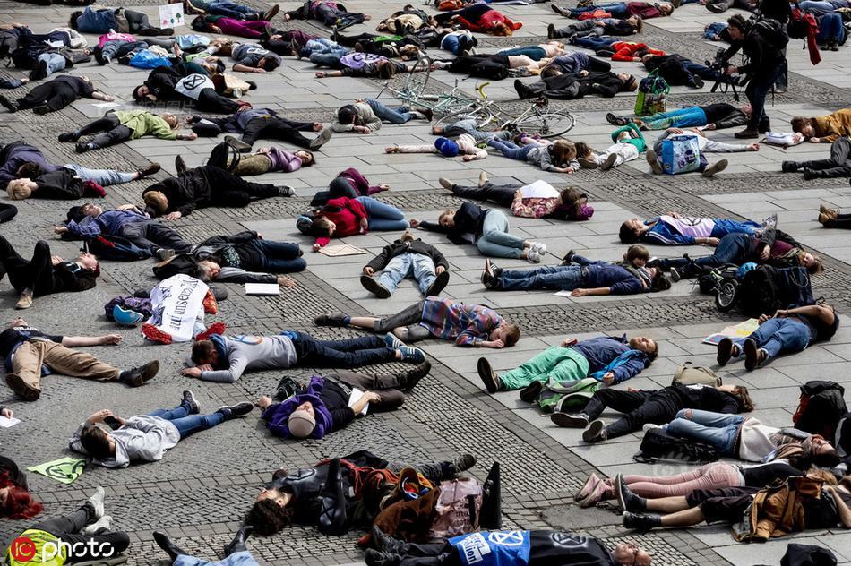 暴乱后美国会曝光:满地玻璃渣示威标语,工作人员忙打扫