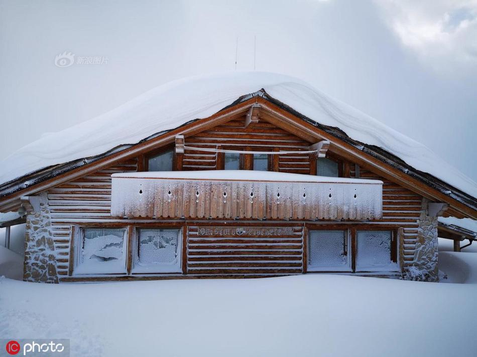欧洲欧洲多地遭遇大雪袭击 房屋被埋窗户遭 冰封