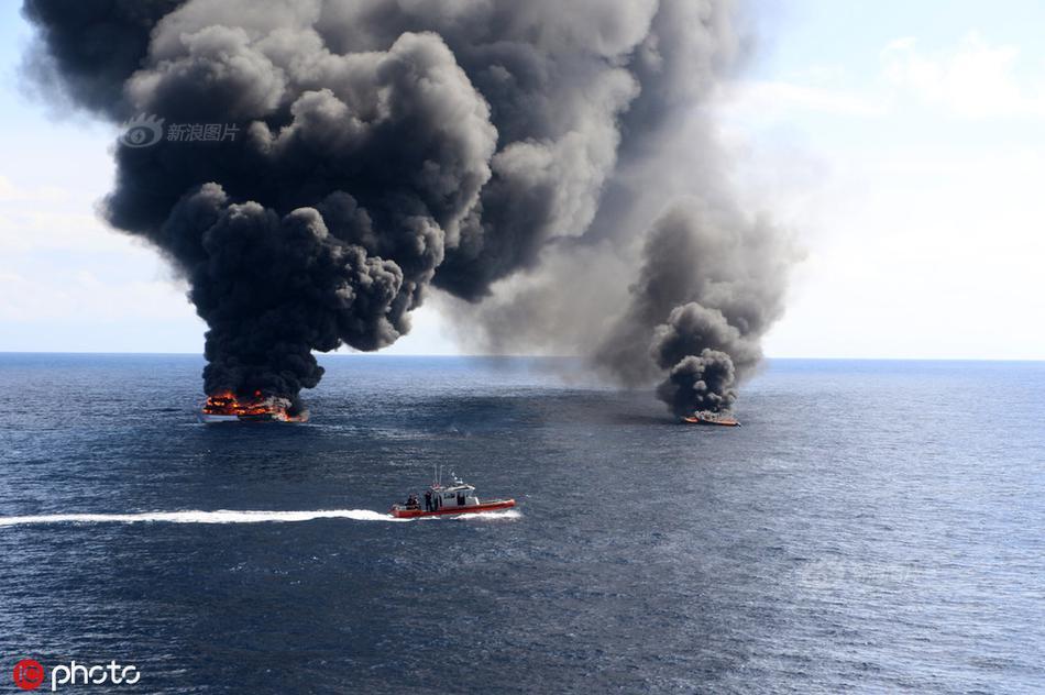 美国海岸警卫队员跳上毒贩潜艇 缴获7.7吨毒品