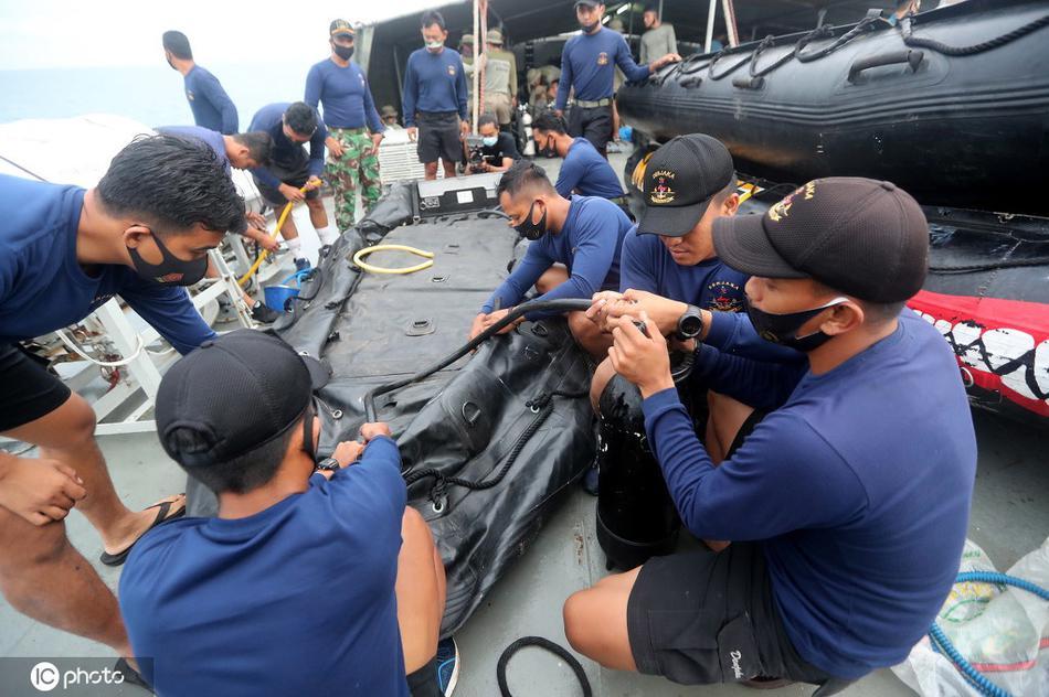 印尼海军找到疑似坠毁客机位置 部署5艘军舰搜寻