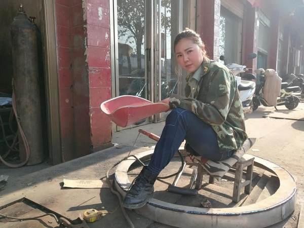 苗族女孩一件衣服值万元,大街上如同行走的炫富现场