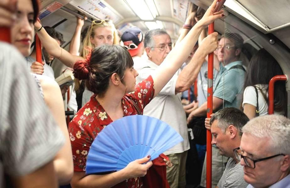 大秦铁路隧道打冰人:消除隐患 保证列车一路畅通