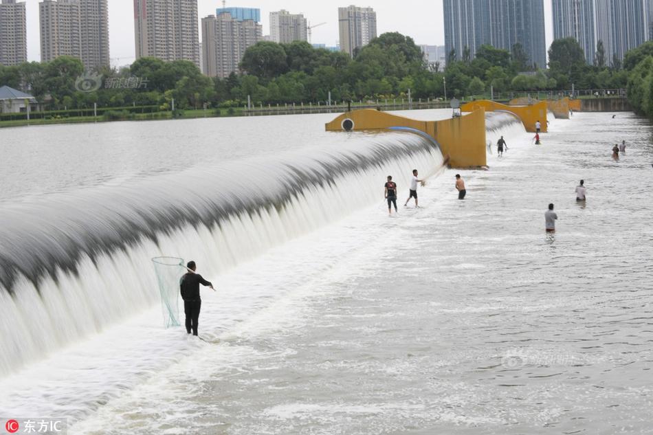 """太原汾河上演""""捕鱼大战"""" 市民自制工具涉险捕鱼"""