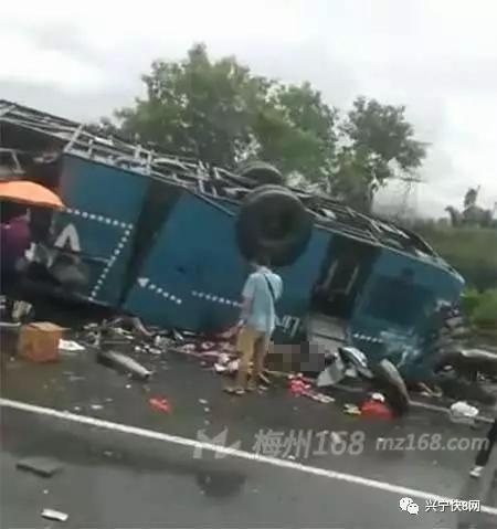 广河高速龙门段一客车翻车 已致19人死亡