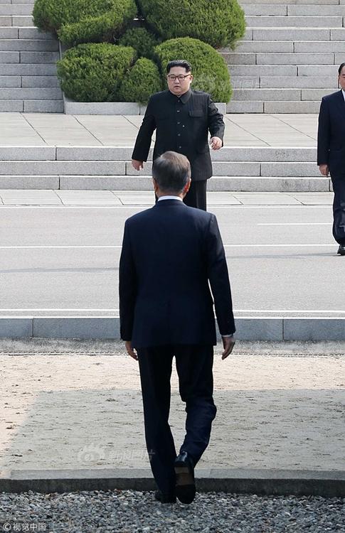 组图:朝韩首脑会晤 金正恩与文在寅携手跨过军事分界线