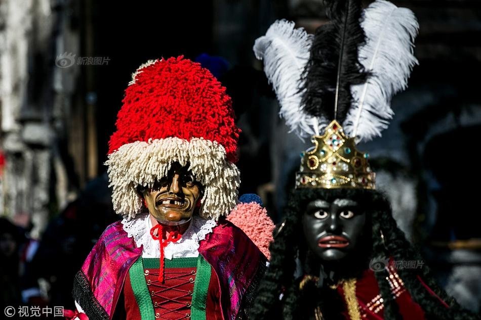 """泰国国王接过五大皇家""""圣器""""正式加冕 新王后跪地受册封"""