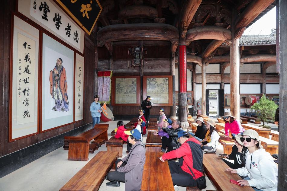 中国最富有的包工头:半年铲平700座山,还把自己的学生给娶了