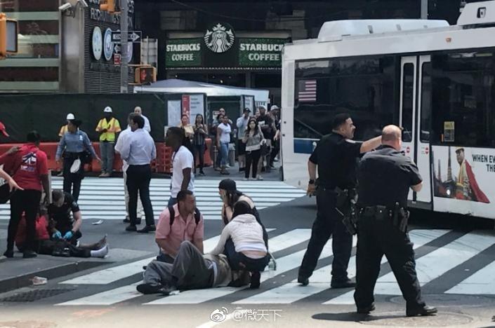 间18日中午,纽约时代广场一辆汽车冲撞行人致1人死亡22人受伤.图片