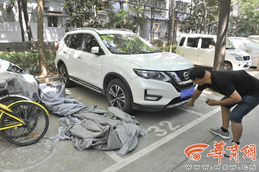 广西男子骑电动车在辅道阻碍交通 还扬言叫老爸撞烂你车