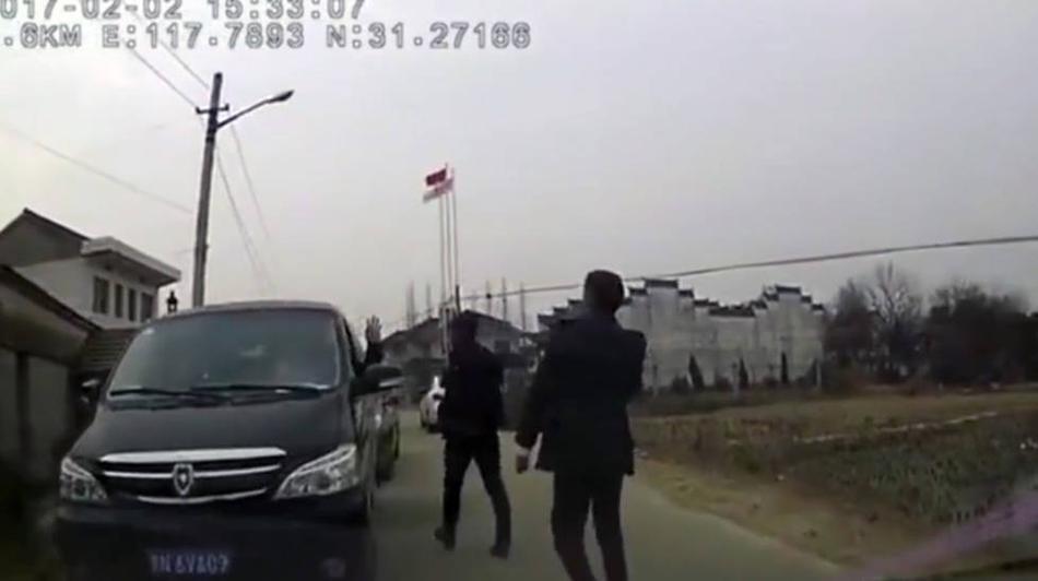 村民暴力拦婚车索烟 司机将其撞倒
