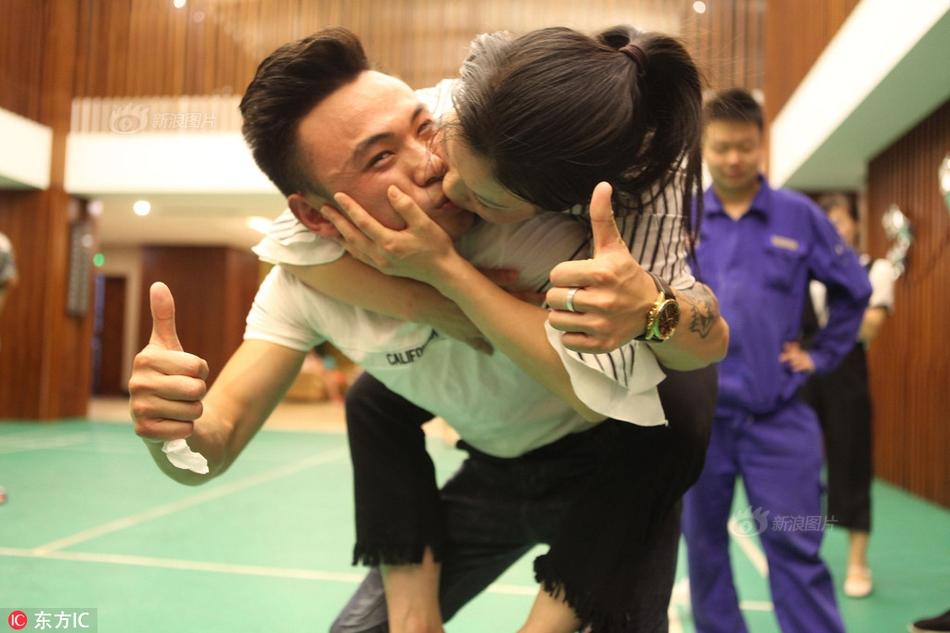 情侣接吻比赛 高难度姿势齐上阵