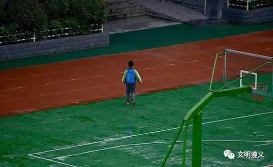 小学生迟到遇奏国歌 站立雨中敬礼