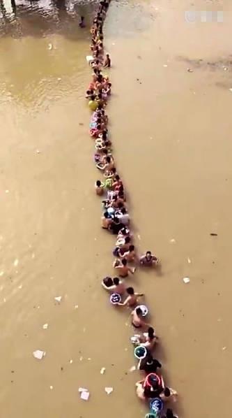 湖南一中学被淹 1300名男生排队涉水转移