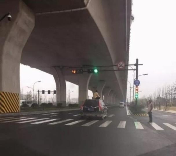 """杭州男子气定神闲坐车顶""""兜风"""""""