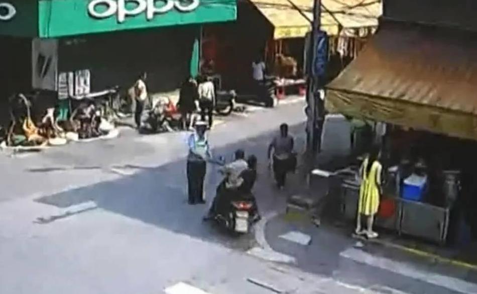 男子无证骑摩托被扣 持铁棍偷袭交
