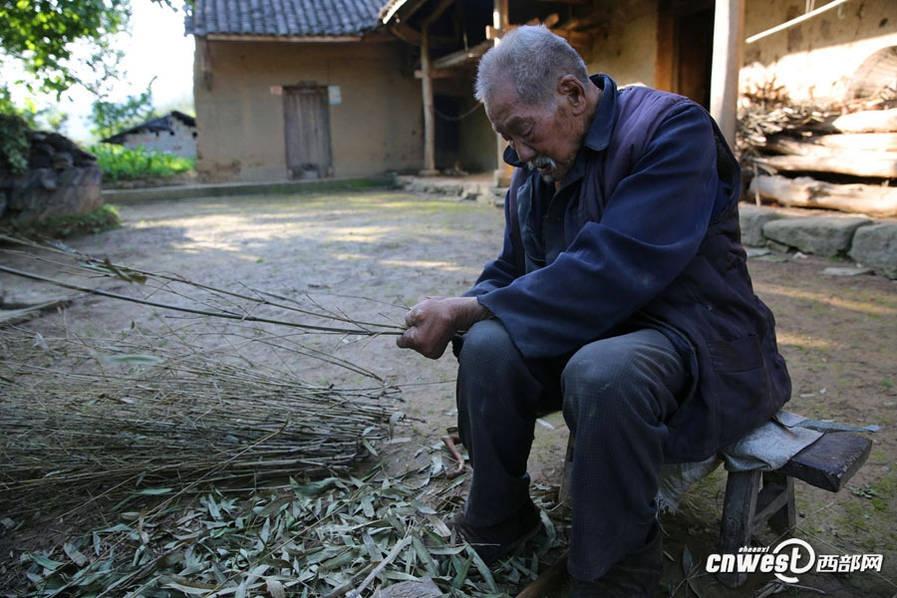 106岁独居老人一年喝200斤酒 唱山