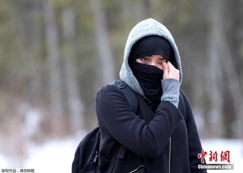 难民徒步由美国进入加拿大被拒 路边擦泪(组图)