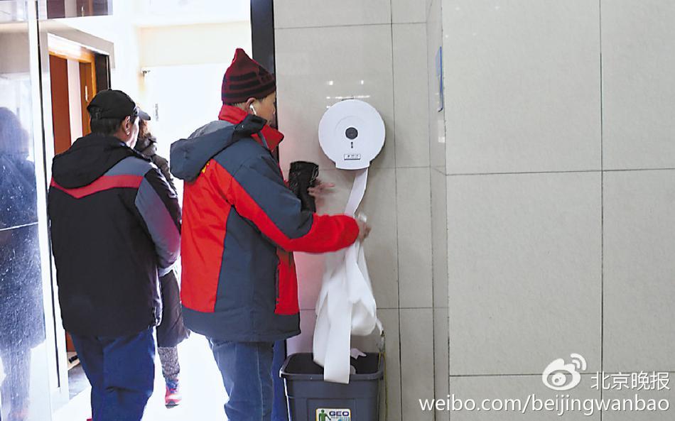 公厕免费手纸被拿走 有人一天来好几趟