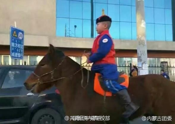 内蒙古小学生骑马上学 给老师献哈达
