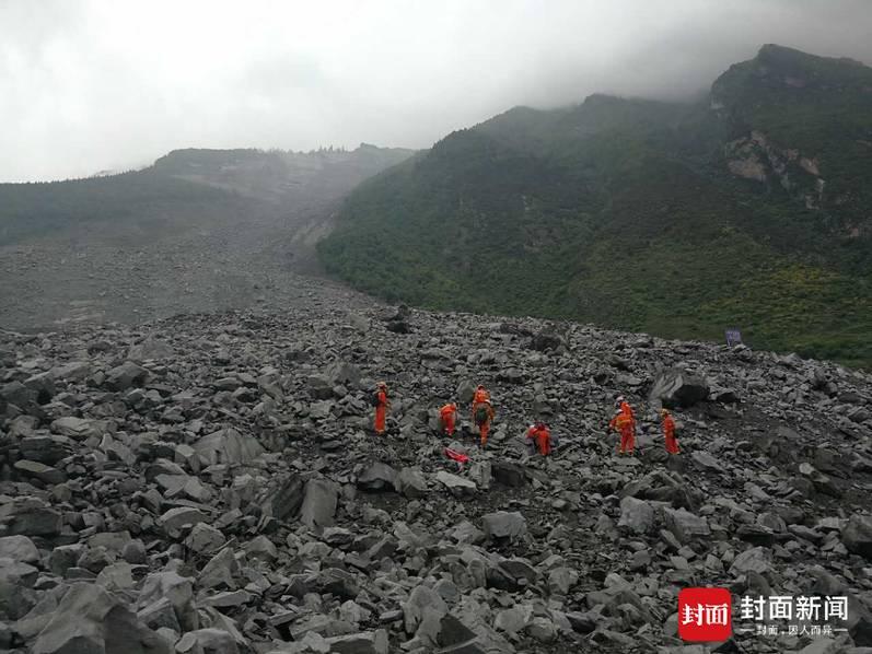 四川茂县山体垮塌救援现场 112人失联