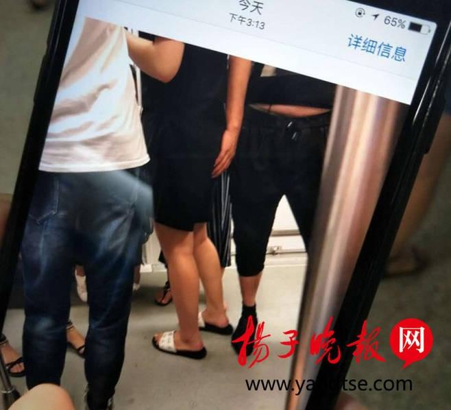 """日,一名19岁女乘客在南京地铁一号线的列车车厢内遭遇""""咸猪手"""""""