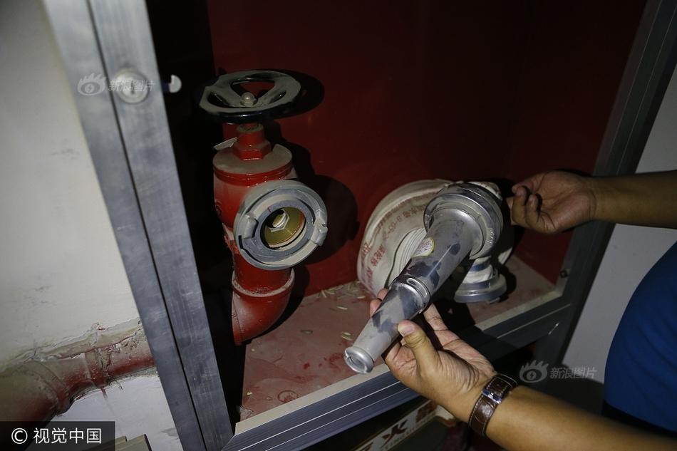 西安一小区楼梯间失火 消防栓却没水