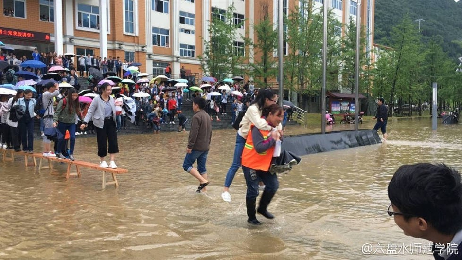 贵州高校积水 保洁阿姨背大学生
