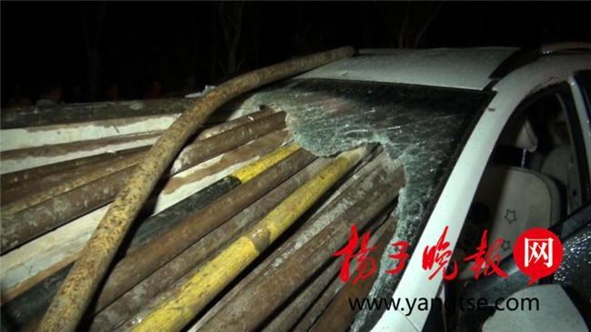 一辆由南向北行驶的汽车追尾撞上一辆装载钢管的拖拉机,几十根钢高清图片