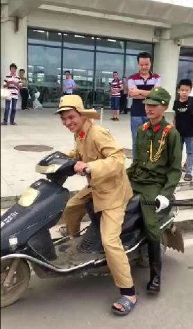 广西两男扮日军表演 遭300人怒围 - 点击图片进入下一页