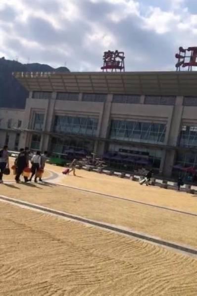 浙江一火车站广场被稻谷铺满