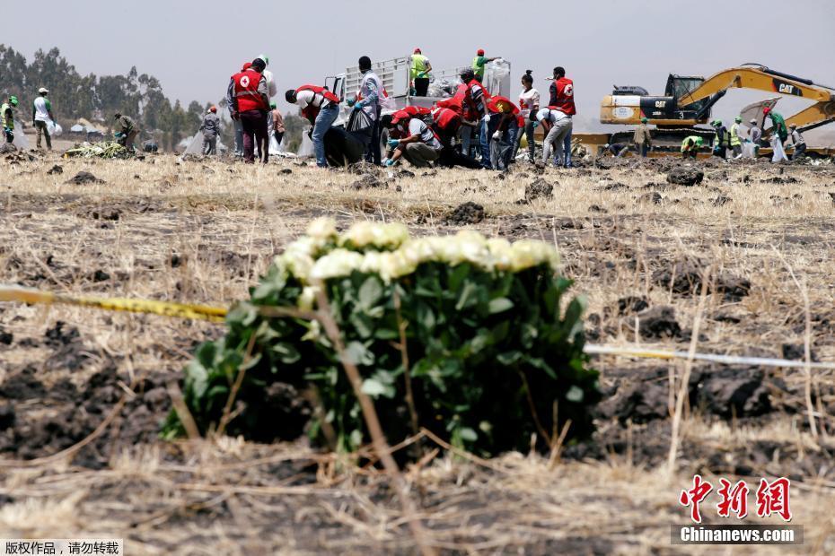 302航班坠毁现场举办追思仪式,遇难者家属抵现场悼念.-中国遇难